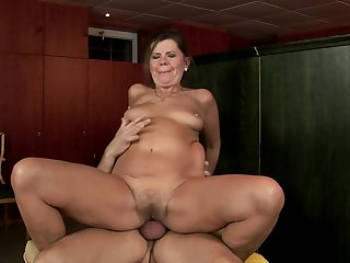 Mature Samantha with bubbly butt is on the edge of nirvana with guy's sturdy love wand in her mouth