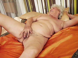 Mature with phat booty kills time dildoing her fuck hole for cam